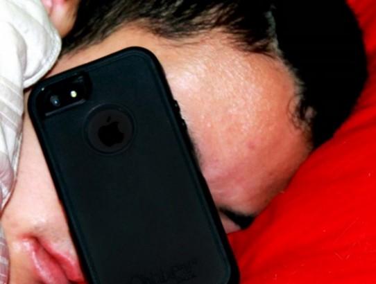 Amor possessivo? 60% dos usuários dormem segurando o celular.